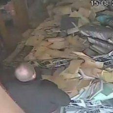 Caos en un registro: a un empleado se le vino abajo la estantería!