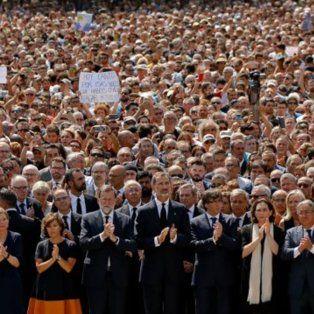 miles de personas homenajearon en silencio a las victimas de ataque en barcelona