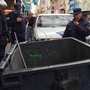 Córdoba. Policías examinan el contenedor donde apareció la critatura. Foto: Cadena 3