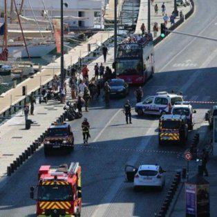 descartaron atentado en francia: choco dos paradas de micro y mato a una mujer