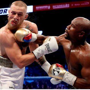 Certero. Mayweather termina de impactar uno de los golpes que melló la resistencia del campeón de artes marciales.