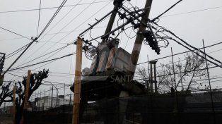 Un transformador de la EPE en barrio San Martín quedó suspendido en el aire
