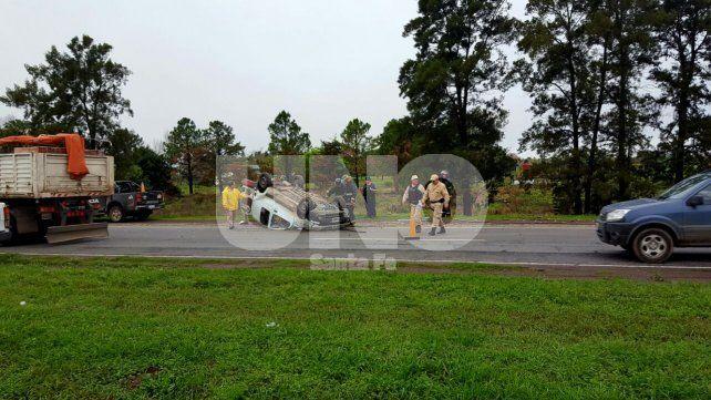Vuelco en la autopista: rescataron y trasladaron al hospital a dos personas