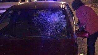 Un hombre arrolló y arrastró a su expareja colgada del capot de su auto