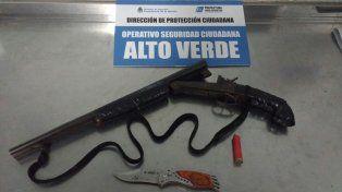 Aprehendieron a una pareja de novios con un arma de guerra y un cartucho en Alto Verde