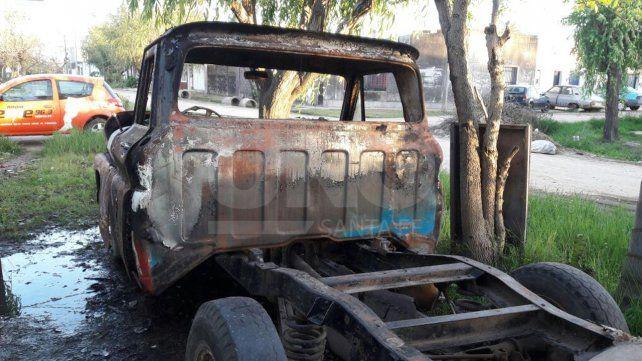 Bº Roma incendiaron una camioneta en Tucumán al 3600