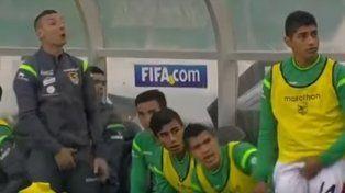 el vulgar gesto de un jugador boliviano en pleno partido que enfurecio a todo chile