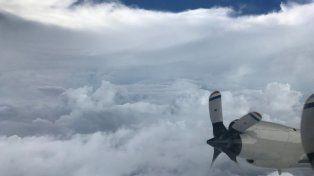 Impactante vuelo de un avión que atravesó el ojo del huracán Irma y captó su furia
