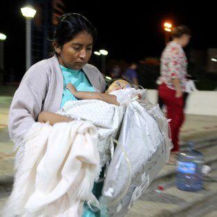 Chiapas, México: Una mujer traslada a una niña en brazos tras ser desalojadas del Hospital Pediátrico. (Télam)