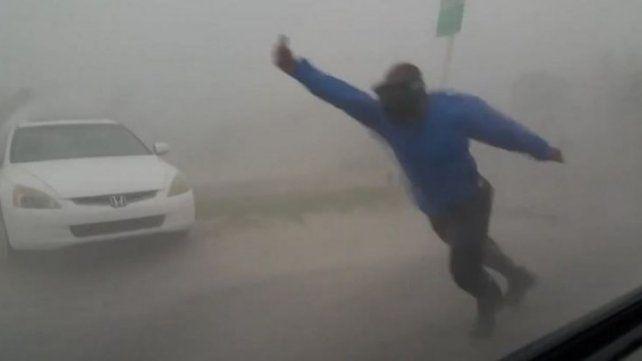 Quiso desafiar a Irma y casi se lo lleva el viento