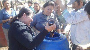 Agroecología. Las productoras y productores de La Verdecita preparan su propio biofertilizante.