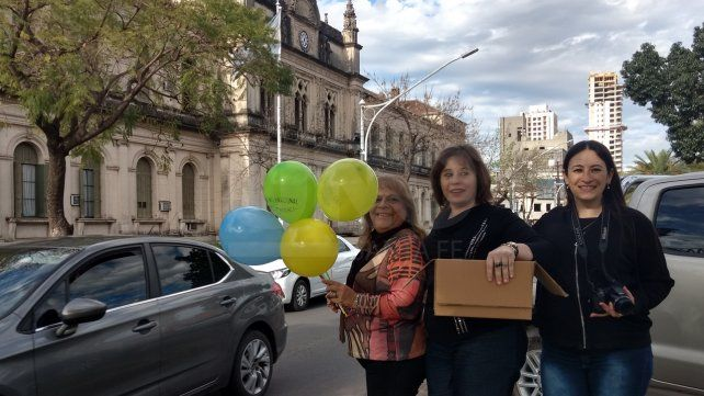 Santafesinas regalaron artesanías en Bulevar y 9 de Julio