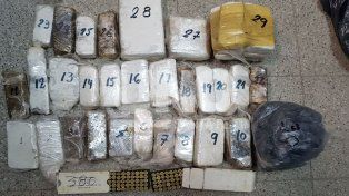 Fueron por armas y encontraron más cinco kilos de drogas, además de 100 balas