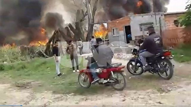 Máxima tensión en Bº San Pantaleón por un incendio intencional en un reservorio