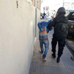 Uno de los detenidos. Uno de los jóvenes que quedó preso por apretar a la compradora de la vivienda, que luego fue desalojada.