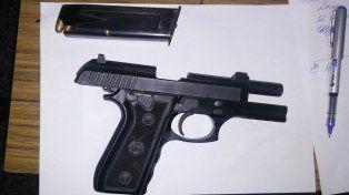 Detuvieron a dos hombres que amenazaron a una mujer con un arma de guerra
