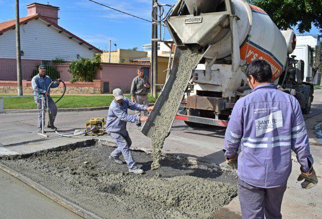 En toda la ciudad. La municipalidad continúa con las tareas de reparación de la red vial urbana.