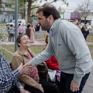 Mejora esperada por lo vecinos. El secretario de Gobierno Carlos Pereira, con la gente que día a día disfruta de este espacio público.