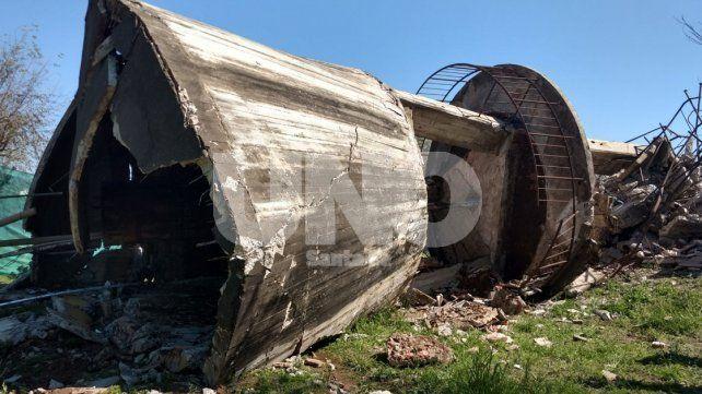 Así fue la demolición controlada del antiguo tanque de agua de la cárcel de Las Flores