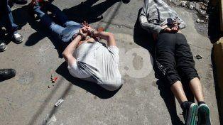 Rosario: tirotearon un galpón, los persiguió la Policía, chocaron un ciclista y se estrellaron contra una casa