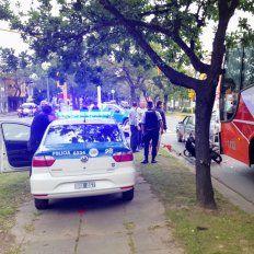 Grave: dos policías internados luego de ser golpeados a botellazos en la cabeza