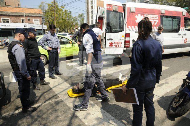 Traslado. La mujer cuando llegó el servicio de ambulancia.