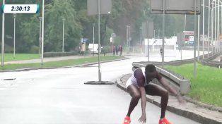 el angustioso momento en el que una maratonista no puede pararse y nadie la ayuda
