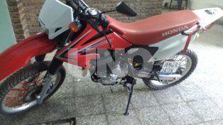 La moto en la que se movilizaba el delincuente y que le fue retenida