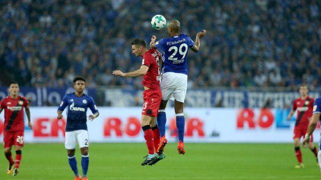Le anularon un gol de Alario por el VAR en el empate como visitante
