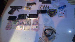 Los detuvieron mientras repartían droga a domicilio armados y con gorras de policías