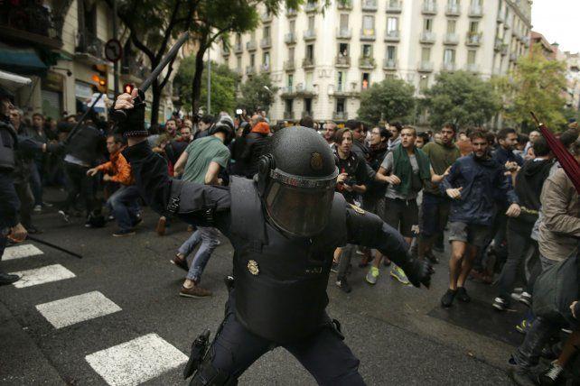 La alcaldesa de Barcelona exigió el fin inmediato de las cargas policiales contra población indefensa