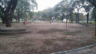 Vecinos del Parque Garay piden mantenimiento y más juegos para el arenero