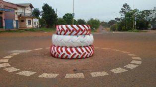 Insólito: inauguran una rotonda de tres gomas
