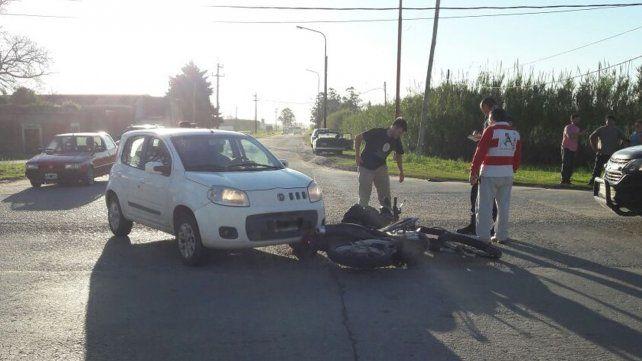 Monte Vera: un motociclista derrapó luego de chocar con un auto