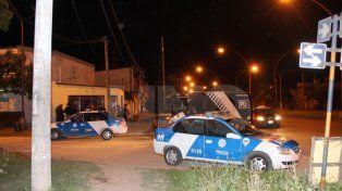 La noche del crimen. Agentes policiales encontraron en Lavaisse y Peñaloza el cuerpo de la victima.