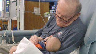 Tiene 82 años y pasa las noches abrazando a bebés prematuros que están solos