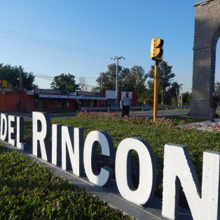 un gran portal da la bienvenida a la ciudad de rincon