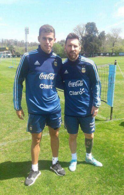 Andereggen se dio el lujo de sacarse una foto con Messi cuando coincidieron en un trabajo de la Selección.