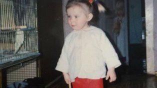 Miraba las fotos de su infancia y lo que descubrió la dejó helada