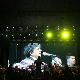 En el escenario. Deicas, en la pantalla gigante, intepretando una de las 20 canciones de la noche.