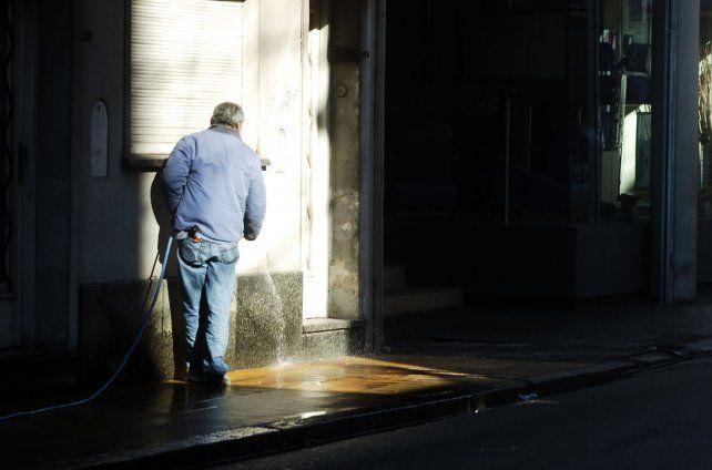 Se agregó un nuevo día permitido para lavar las veredas en la ciudad