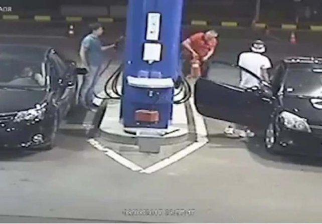 Un joven no quiso apagar su cigarrillo en una gasolinera y recibió una lección