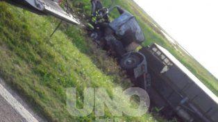 La Guardia Rural Los Pumas rescató con vida a un camionero de un vuelco