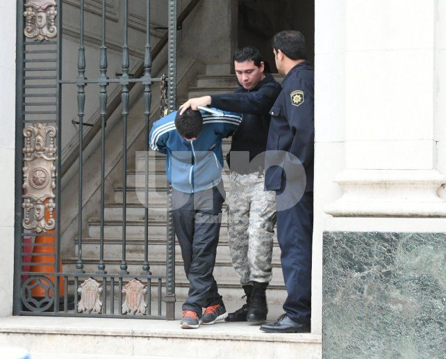 Con las esposas puestas. El momento en que la guardia de tribunales trasladaba al acusado a su lugar de detención.