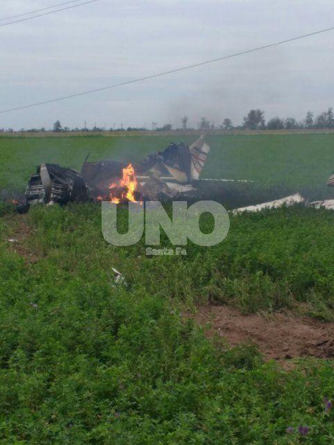 Cayó una avioneta, murió el piloto y cortó cables que dejaron sin luz el noroeste provincial