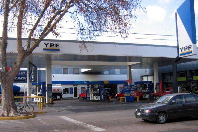 Las estaciones de YPF se convertirán en la tercera red nacional de cajeros automáticos
