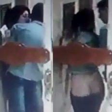 Los escracharon luego de tener sexo en la puerta de un edificio