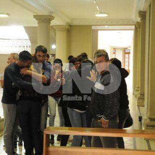 Dolor. Familiares y amigos de Jésica Ronsoni en el hall de tribunales tras el dictamen del juez.