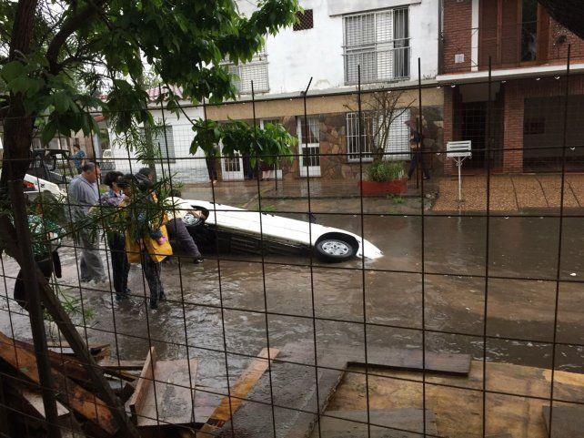 Mariano Comas y San Lorenzo: afirman que donde cayó un auto a un pozo había vallas