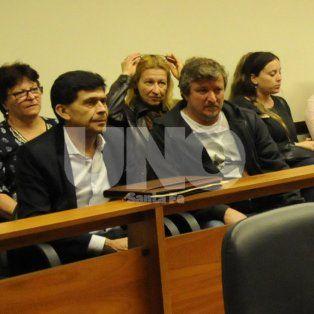 En primera fila. Néstor Oroño (abogado) y Hugo Ronsoni (el padre de la victima) en la audiencia donde se definió la prisión preventiva para Oyola.